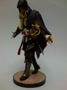 ac2_unboxing_black_collectors_edition_figure_side