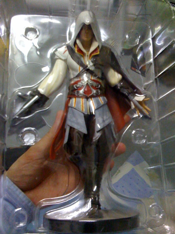 ac2_unboxing_white_collectors_edition_figure