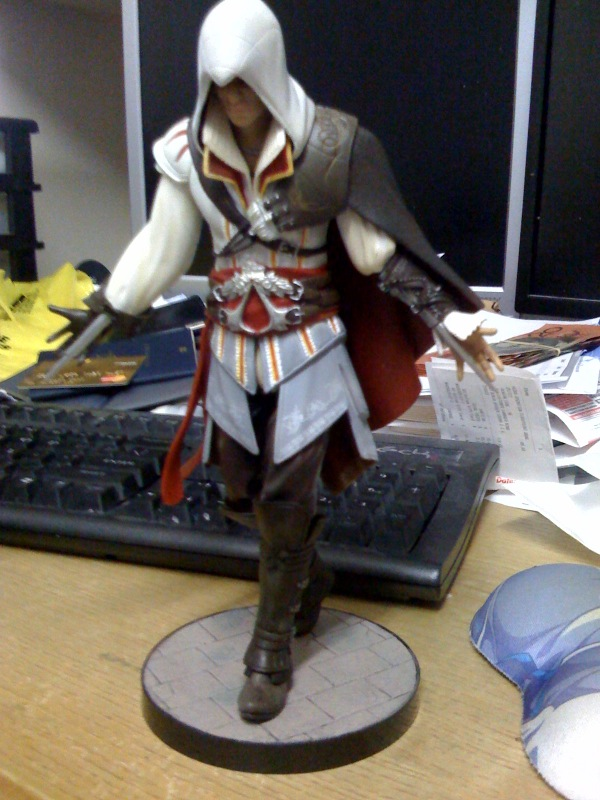 ac2_unboxing_white_collectors_edition_figure_1