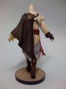ac2_unboxing_white_collectors_edition_figure_back