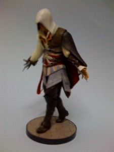 ac2_unboxing_white_collectors_edition_figure_side